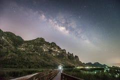Fotografia di notte della Via Lattea e della montagna, Tailandia Fotografia Stock Libera da Diritti
