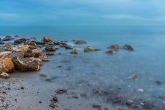 Fotografia di notte delle rocce sulla costa immagine stock libera da diritti