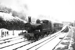 Treno del vapore in neve A Immagini Stock