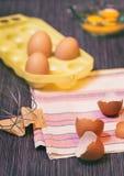 Fotografia do alimento, estilo, ovos, ingredientes crus - farinha, ovos, manteiga, açúcar, Fotografia de Stock