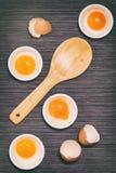 Fotografia do alimento, estilo, ovos, ingredientes crus - farinha, ovos, manteiga, açúcar, Fotografia de Stock Royalty Free