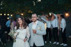 Fotografia do casamento das emoções dos noivos em lugar diferentes imagem de stock