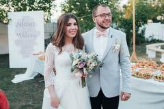 Fotografia do casamento das emoções dos noivos em lugar diferentes foto de stock royalty free