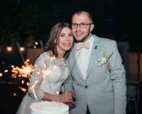 Fotografia do casamento das emoções dos noivos em lugar diferentes imagem de stock royalty free