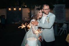 Fotografia do casamento das emoções dos noivos em lugar diferentes fotografia de stock