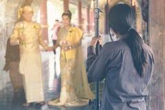 Fotografia do casamento de Myanmar Um par do birmanês em um vestido da tradição que fosse fotografado por um fotógrafo do casamen fotografia de stock royalty free