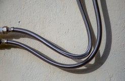 Fotografia do close-up de duas mangueiras metálicas do propano foto de stock