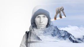 Fotografia do efeito da exposição dobro A cara de um homem novo com um inverno da trouxa e da montanha ajardina com um salto Fotos de Stock