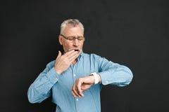 Fotografia dojrzały zarośnięty mężczyzna 60s z popielatym włosianym jest ubranym eyeglass zdjęcie stock