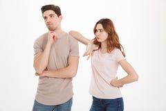 Fotografia dorosły facet i dziewczyna jest ubranym beżowe koszulki postępuje jak a zdjęcia royalty free