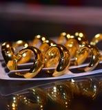 Fotografia dourada do fundo da cor dos brincos das senhoras Foto de Stock Royalty Free