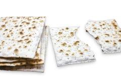 Fotografia dwa kawałka matzah lub matza odizolowywający na białym tle Matzah dla Żydowskich Passover wakacji Miejsce dla teksta,  zdjęcie stock