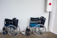 Fotografia dwa wózka inwalidzkiego ai najpierw Zdjęcia Stock