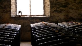 Fotografia dziejowe wino baryłki w okno zdjęcie royalty free