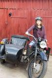 Fotografia dziewczyna na rocznika motocyklu w pilotowej nakrętce obraz stock