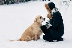 Fotografia dziewczyna z labradorem na spacerze w zima parku obraz royalty free