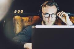 Fotografia elegancki brodaty mężczyzna jest ubranym szkła działania loft nowożytnego biuro Młodego bankowa rocznika siedzący krze zdjęcia stock