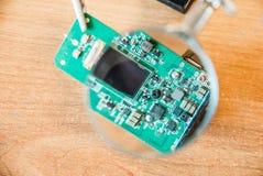 Fotografia elektryczny obwód przez powiększać - szkło obrazy stock
