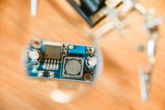 Fotografia elektryczny obwód przez powiększać - szkło fotografia stock