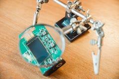 Fotografia elektryczny obwód przez powiększać - szkło obraz royalty free