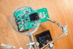 Fotografia elektryczny obwód przez powiększać - szkło zdjęcia stock