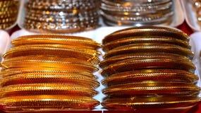 Fotografia fêmea do fundo dos braceletes Fotografia de Stock