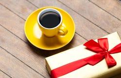 Fotografia filiżanka kawy i śliczny zawijający prezent na cudownym br Obraz Royalty Free