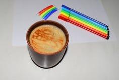 Fotografia filiżanka kawy na tle magnesowa deska i porad pióra Naszły kawowy kolor z powiewną pianą i b obraz stock