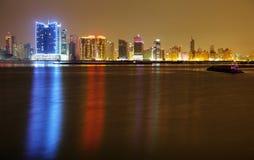 Fotografia iluminada bonita de HDR da skyline de Juffair, Barém Imagem de Stock Royalty Free