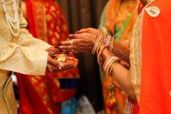 Fotografia indiana di nozze, sposo e mani della sposa fotografie stock libere da diritti