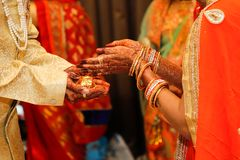 Fotografia indiana do casamento, noivo e m?os da noiva fotos de stock royalty free