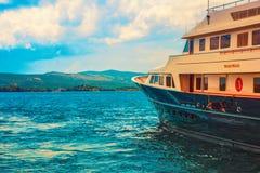 Fotografia jacht na morzu przy dniem Zdjęcia Royalty Free
