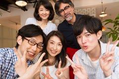 Fotografia japonesa da família, selfie, em casa partido fotografia de stock