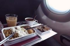 fotografia jedzenie słuzyć na pokładzie samolotu na stole zdjęcie stock