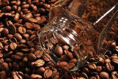 Fotografia kawowe fasole i szklany słój z natychmiastową kawą na brown tle Fotografia Royalty Free