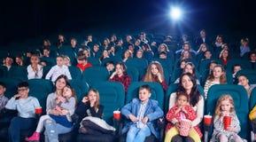 Fotografia kinowa sala pełno ludzie zdjęcie stock
