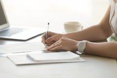 Fotografia kobiet ręki z piórem podpisuje kontrakt Zdjęcie Stock