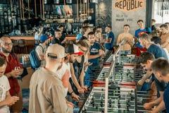 Fotografia KYIV, UKRAINA, prętowy liga dotacje KickerKicker 10 2018 Czerwiec Aktywni mężczyzna i kobiety zabawę podczas stołowego obraz royalty free