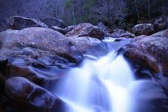 Fotografia lenta da água da velocidade do obturador de uma cachoeira do rio nas montanhas fotografia de stock royalty free