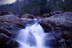 Fotografia lenta dell'otturatore di una cascata del fiume nel legno di grande Smokey Mountains National Park Fotografie Stock Libere da Diritti