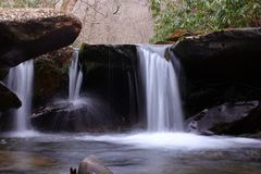 Fotografia lenta della cascata di tempo di otturazione di piccolo fiume dell'acqua dolce nel legno della montagna Fotografia Stock Libera da Diritti
