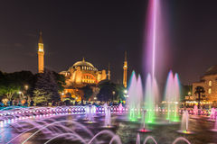 Fotografia longa da exposição em Hagia Sophia com a fonte no primeiro plano durante Ramadan Mont no parque de Sultanahmet Fotografia de Stock