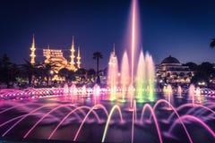 Fotografia longa da exposição na mesquita de Sultanahmet com a fonte no primeiro plano Foto de Stock