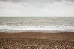 Fotografia lunga atmosferica e lunatica di esposizione di Stoney Pebbled Beach e del mare a Brighton, Sussex orientale, Inghilter Fotografia Stock Libera da Diritti