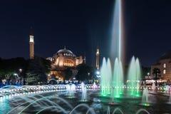 Fotografia lunga di esposizione ad Aya Sofya, Hagia Sophia con la fontana nella priorità alta al parco di Sultanahmet, Costantino Fotografia Stock Libera da Diritti