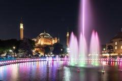 Fotografia lunga di esposizione ad Aya Sofya, Hagia Sophia con la fontana nella priorità alta al parco di Sultanahmet, Costantino Immagine Stock Libera da Diritti