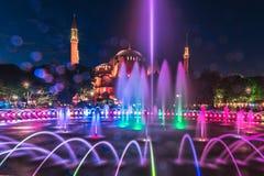 Fotografia lunga di esposizione ad Aya SofyaHagia Sophia con la fontana nella priorità alta durante il Ramadan Mont al parco di S Fotografie Stock