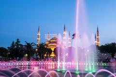 Fotografia lunga di esposizione alla moschea di Sultanahmet con la fontana nella priorità alta Fotografia Stock Libera da Diritti