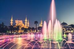 Fotografia lunga di esposizione alla moschea di Sultanahmet con la fontana nella priorità alta Fotografie Stock Libere da Diritti