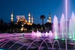 Fotografia lunga di esposizione alla moschea di Sultanahmet con la fontana nella priorità alta Fotografie Stock